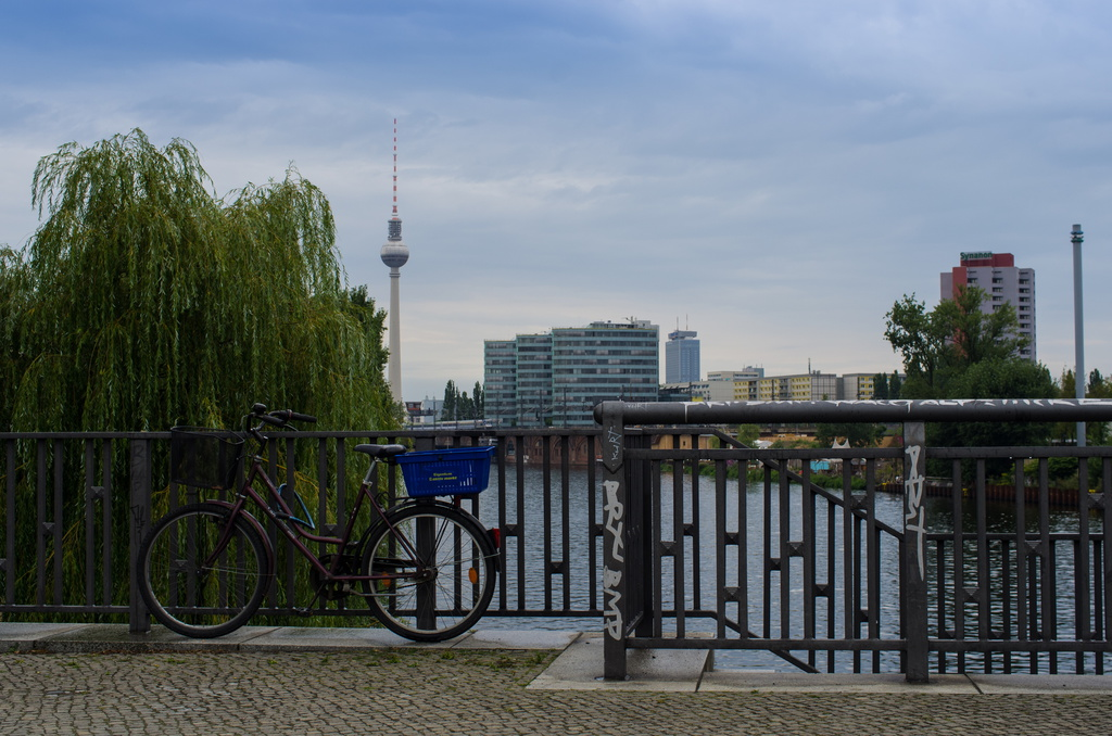 Vue sur Berlin depuis un pont sur la Spree